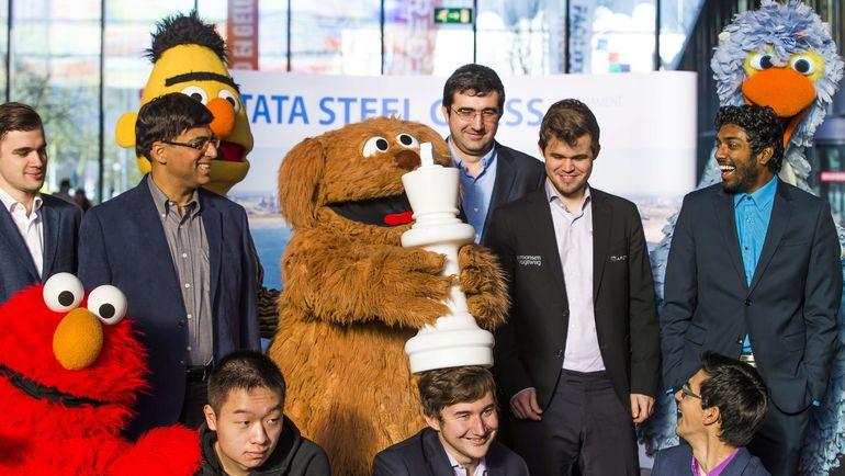 Сергей КАРЯКИН (в центре в нижнем ряду) и другие гроссмейстеры на фотосессии. Фото AFP