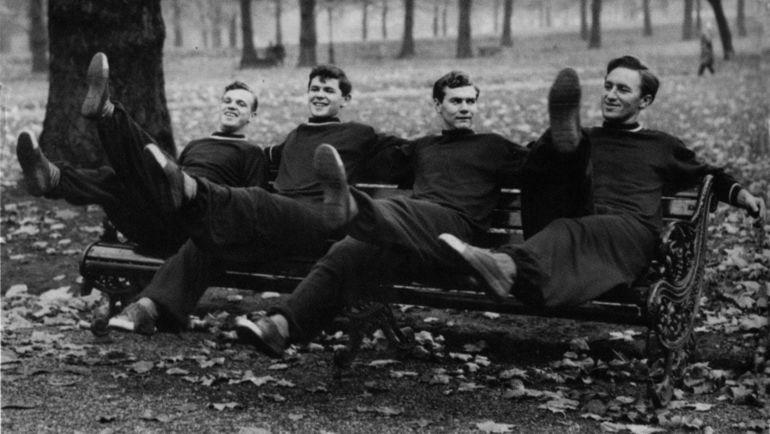 1957 год. Борис ТАТУШИН, Анатолий ИСАЕВ, Анатолий ИЛЬИН, Алексей ПАРАМОНОВ на тренировке в парке. Фото из личного архива Алексея ПАРАМОНОВА