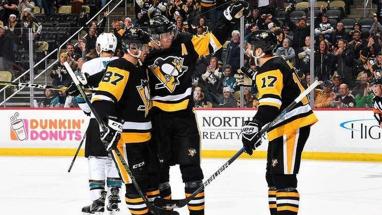 """Вторник. Питтсбург. """"Питтсбург"""" - """"Сан-Хосе"""" - 5:2. Партнеры поздравляют Евгения МАЛКИНА (№71) с голом. Фото NHL.com"""
