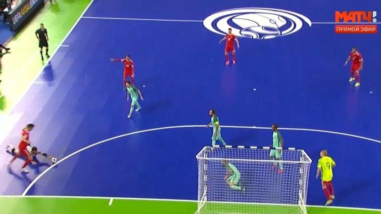 Спорный момент в матче Россия - Португалия.