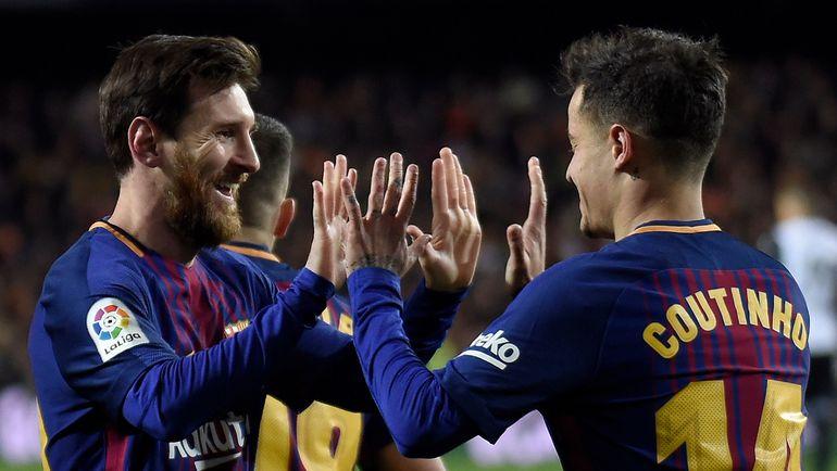 """Вчера. Валенсия. """"Валенсия"""" - """"Барселона"""" - 0:2. Лионель МЕССИ (слева) и Филиппе КОУТИНЬЮ. Фото AFP"""