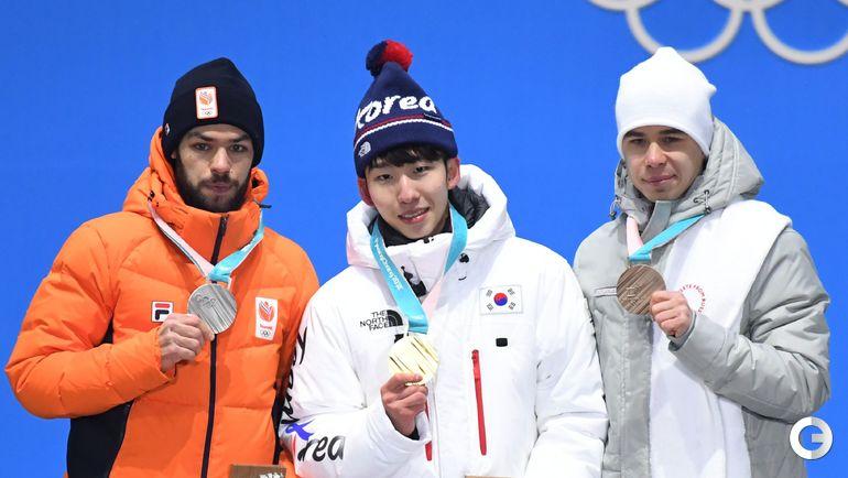 Сегодня. Пхенчхан. Семен ЕЛИСТРАТОВ (справа) на церемонии вручения олимпийских медалей призерам в соревновании шорт-трекистов на дистанции 1500 метров.