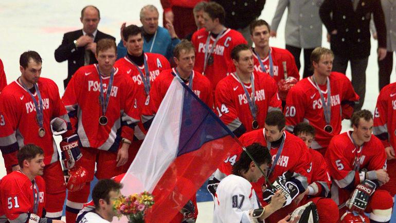 Сборная России после проигранного чехам финала Олимпиады-1998. Фото REUTERS