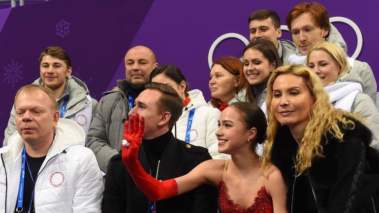 Алина ЗАГИТОВА со своей командой. Фото REUTERS
