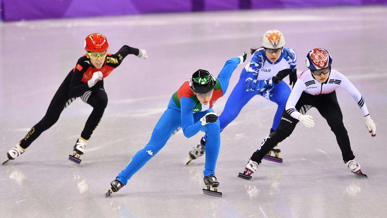 Софья ПРОСВИРНОВА (вторая справа) и олимпийская чемпионка Арианна ФОНТАНА (вторая слева). Фото AFP