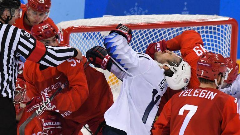 Сегодня. Пхенчхан. Россия - США - 4:0. Одна из стычек между хоккеистами. Фото AFP