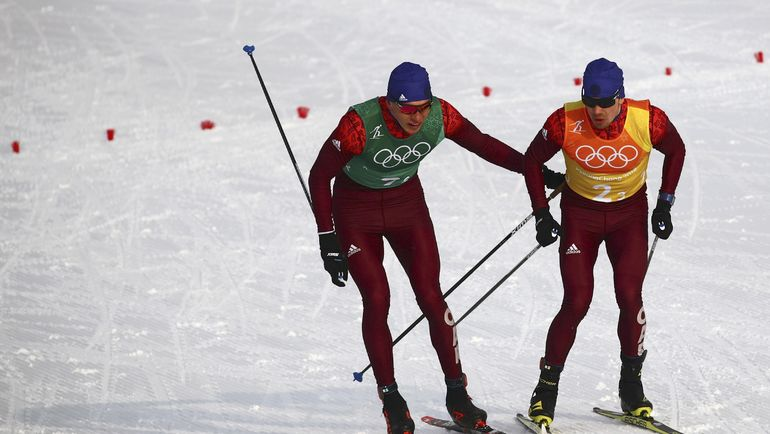 Александр БОЛЬШУНОВ (слева) передает эстафету Алексею ЧЕРВОТКИНУ. Фото REUTERS