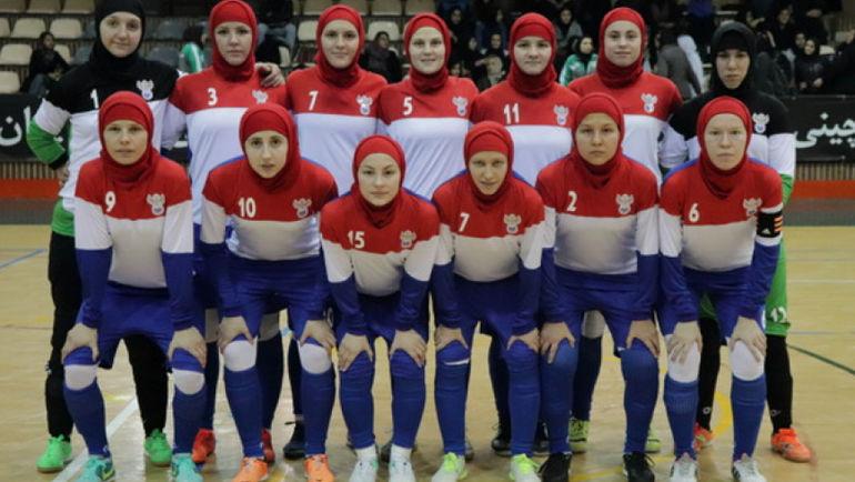 Женская сборная России по мини-футболу надела хиджабы в товарищеском матче с Ираном. Фото официальный сайт РФС.