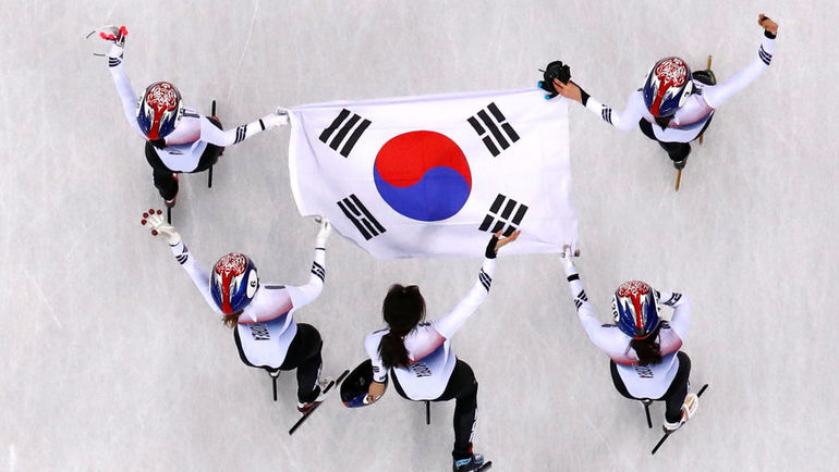 Сборная Кореи празднует победу в эстафете. Фото AFP