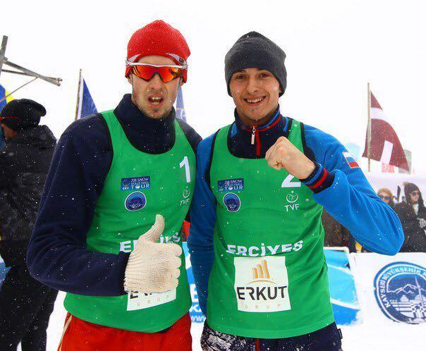 Волейболист на снегу Тарас МЫСЬКИВ (справа).
