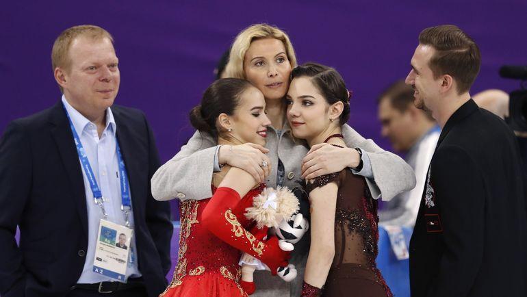 Пятница. Пхенчхан. Алина ЗАГИТОВА (слева), Евгения МЕДВЕДЕВА (справа) и тренер Этери ТУТБЕРИДЗЕ. Фото REUTERS