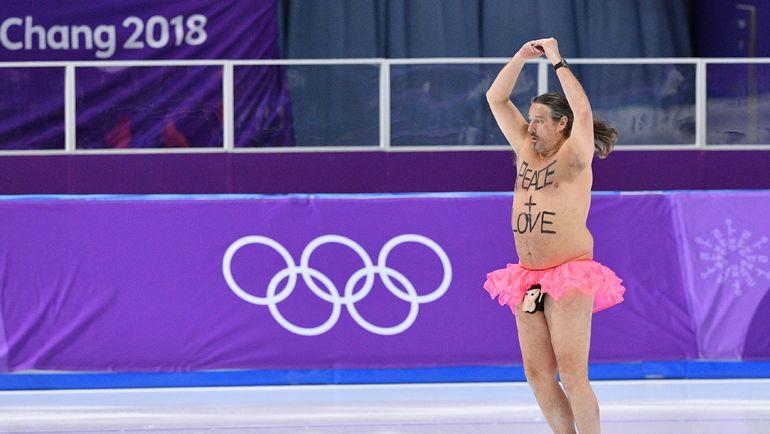 Мужчина в юбке на льду после церемонии награждения конькобежцев на Олимпиаде в Пхенчхане. Фото AFP