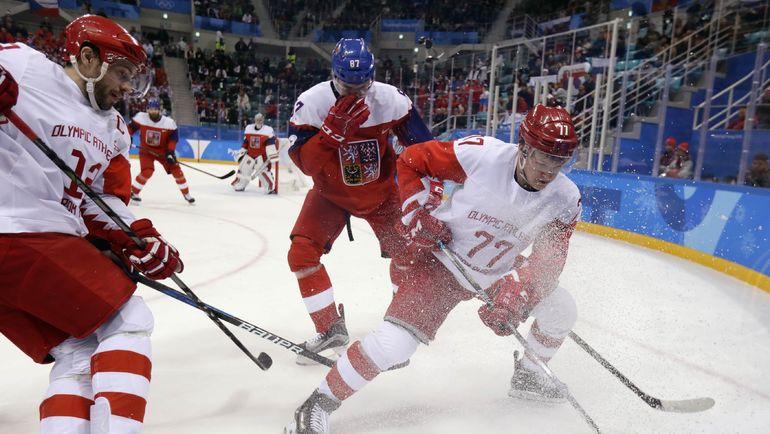 В игре Павел ДАЦЮК (слева) и Кирилл КАПРИЗОВ. Фото REUTERS