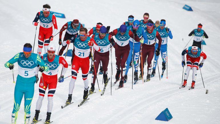 Российские лыжники - в лидирующей группе на старте марафона Олимпиады. Фото AFP