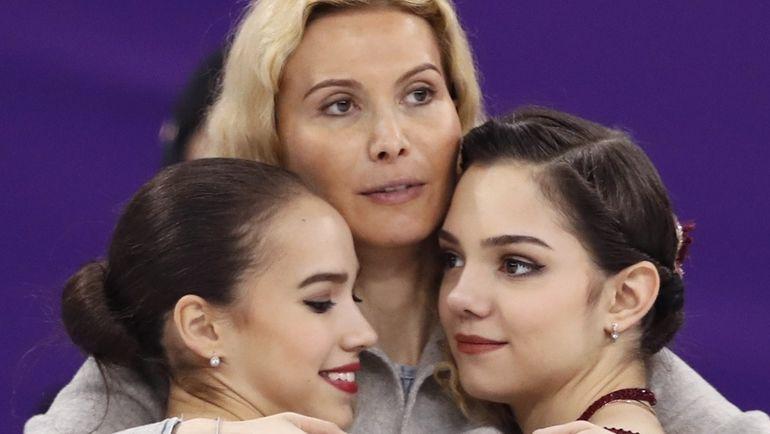 Пятница. Пхенчхан. Алина ЗАГИТОВА, Этери ТУТБЕРИДЗЕ и Евгения МЕДВЕДЕВА. Фото REUTERS