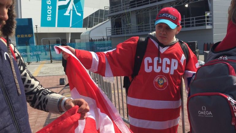 Жители России отобрали уканадцев флаг ипошли сним нахоккейный финал