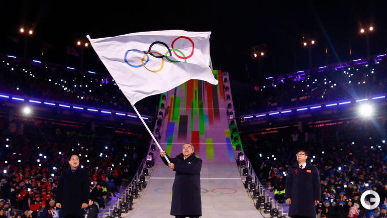 Воскресенье. Пхенчхан. Церемония закрытия Игр-2018. Томам БАХ с флагом МОК, под которым на соревнованиях выступали олимпийские атлеты из России.