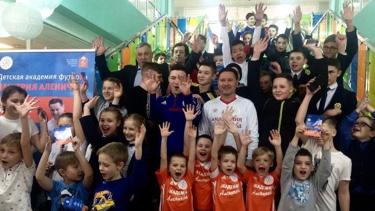 Дмитрий АЛЕНИЧЕВ (в центре) на открытии филиала своей Академии. Фото Динара КАФИСКИНА