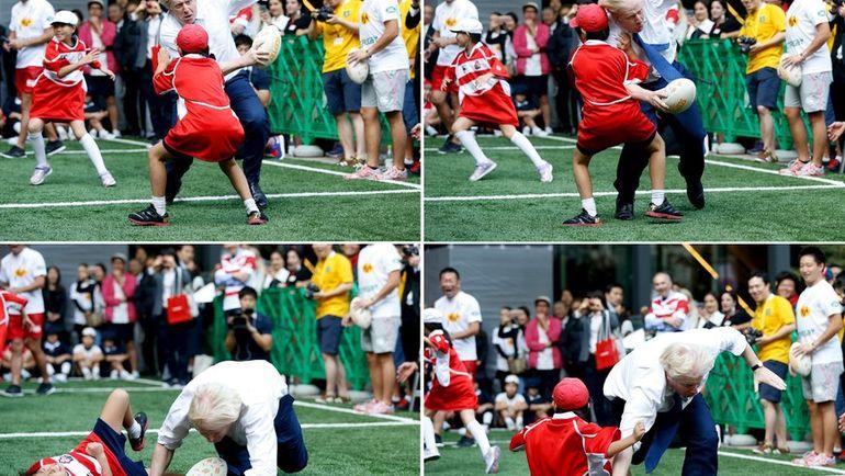 Борис ДЖОНСОН и спорт - это серьезно. 10-летний японский школьник Токи СЕКИГУЧИ пожалел, что встал на пути мэра Лондона в выставочной игре в Токио в октябре 2015 года во время промоакции чемпионата мира по регби-2019. Фото REUTERS