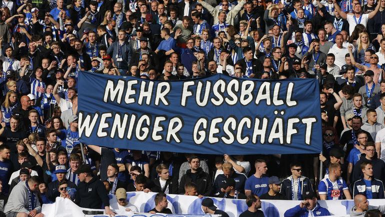 """Надпись на баннере: """"Больше футбола, меньше бизнеса"""". Фанаты соперников часто устраивают акции против быстро разбогатевшего """"Лейпцига"""". Фото REUTERS"""