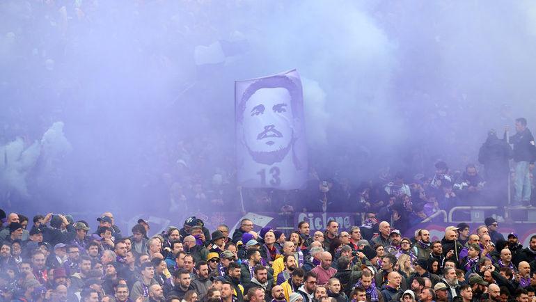 """Сегодня. Флоренция. Болельщики почтили память Давиде Астори перед матчем """"Фиорентина"""" - """"Беневенто""""."""