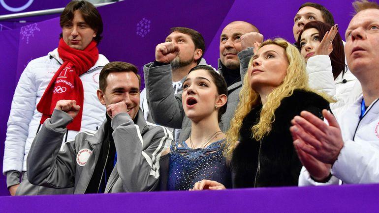 Евгения МЕДВЕДВА (в центре) стала в Пхенчхане серебряным призером Олимпиады как в командом, так и в личном турнире. Фото AFP