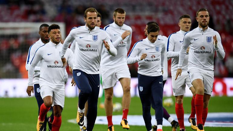 Харри КЕЙН (третий слева) и другие футболисты английской сборной рискуют пропустить чемпионат мира-2018 из-за своих политиков. Фото AFP