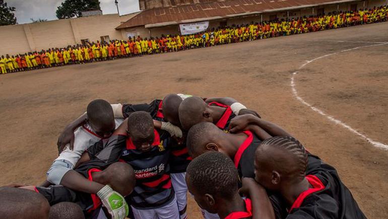 Заключенные играют в футбол. Фото cdn.radiofrance.fr