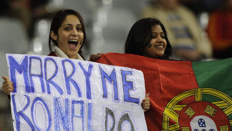 Поклонницы не оставляют надежды обратить на себя внимание Криштиану Роналду. Фото AFP
