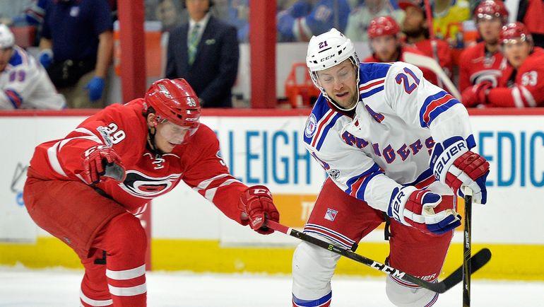 Русский хоккеист Зыков вовторник сыграет за«Каролину» впервый раз всезоне НХЛ