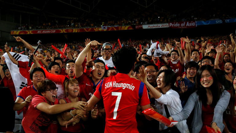 Любимец корейской публики и лидер сборной СОН ХЫН МИН с болельщиками. Фото REUTERS