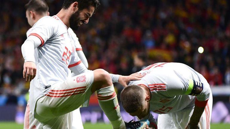Вчера. Мадрид. Испания - Аргентина - 6:1. СЕРХИО РАМОС (справа) целует бутсу ИСКО. Фото AFP