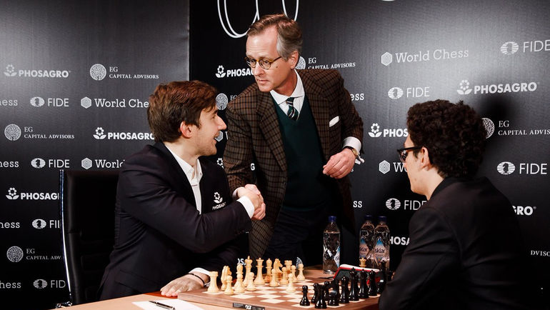 Сергей КАРЯКИН перед игрой против Фабиано КАРУАНА. Фото FIDE World Chess