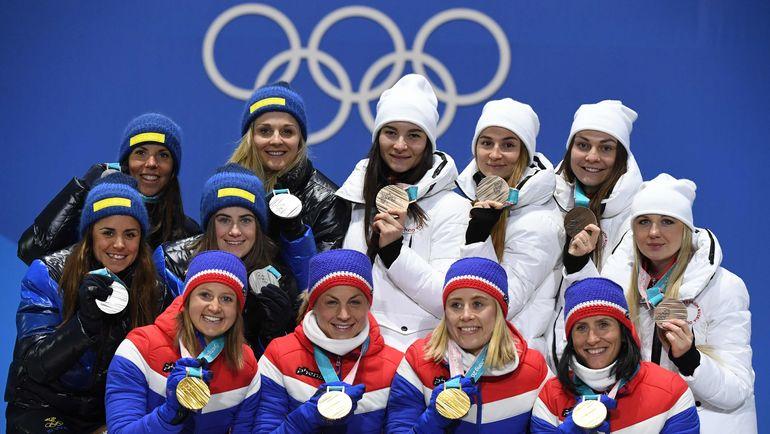 Победитель олимпийской эстафеты в Пхенчхане - сборная Норвегии во главе с Марит БЬОРГЕН (справа внизу), серебряный призер - сборная Швеции и бронзовый - сборная России. Фото AFP