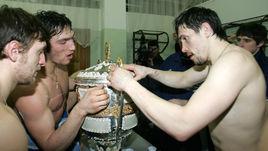 Овечкин и Дацюк пьют шампанское из одного кубка