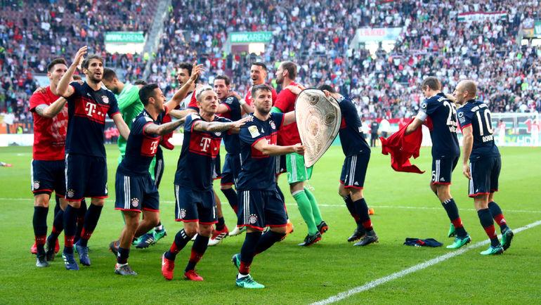 """Суббота. Аугсбург. """"Аугсбург"""" - """"Бавария"""" - 1:4. Мюнхенцы обеспечили себе титул чемпионов Германии за пять туров до конца. Фото REUTERS"""