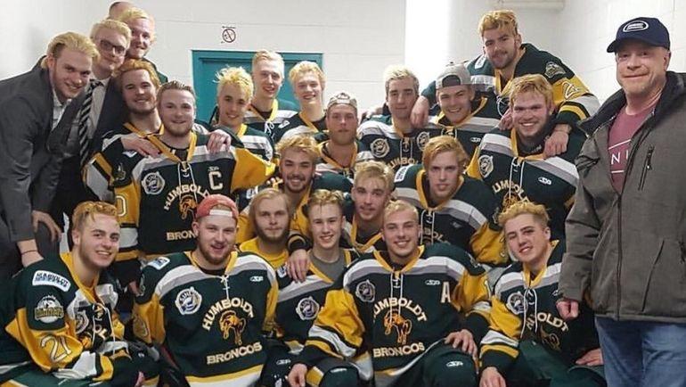 Клюшки на крыльце. Как Канада прощается с погибшими в ДТП хоккеистами