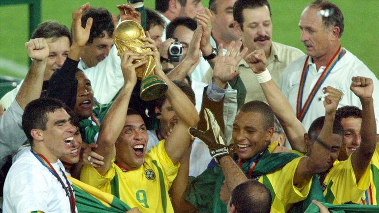 30 июня 2002 года. Йокогама. Бразилия - Германия - 2:0. Бразильцы празднуют победу на чемпионате мира. Фото REUTERS