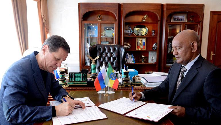 Александр ЖУКОВ (слева) и президент НОК Эфиопии Ашебир ГАЙО   во время подписания меморандума о сотрудничестве. Фото ОКР