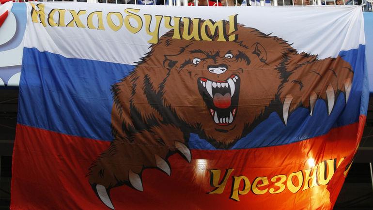 """В ПФЛ на поле вышел живой медведь. Фото Александр ФЕДОРОВ, """"СЭ"""""""
