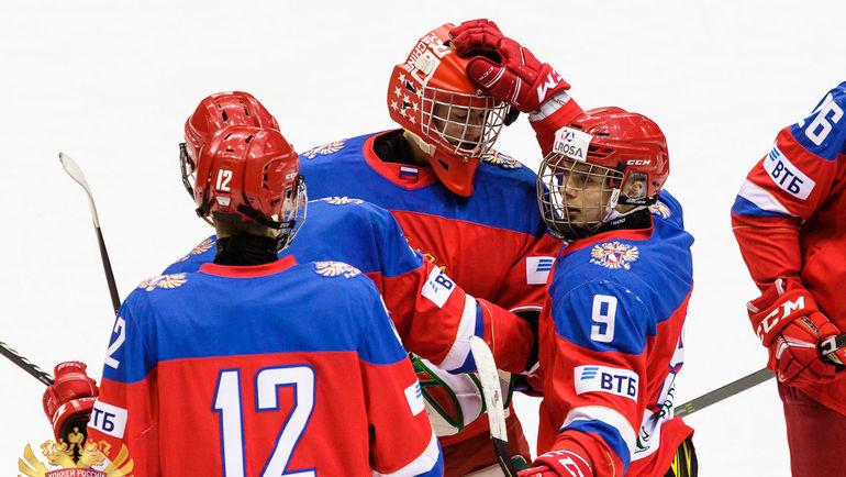 Молодые россияне радуются голу.