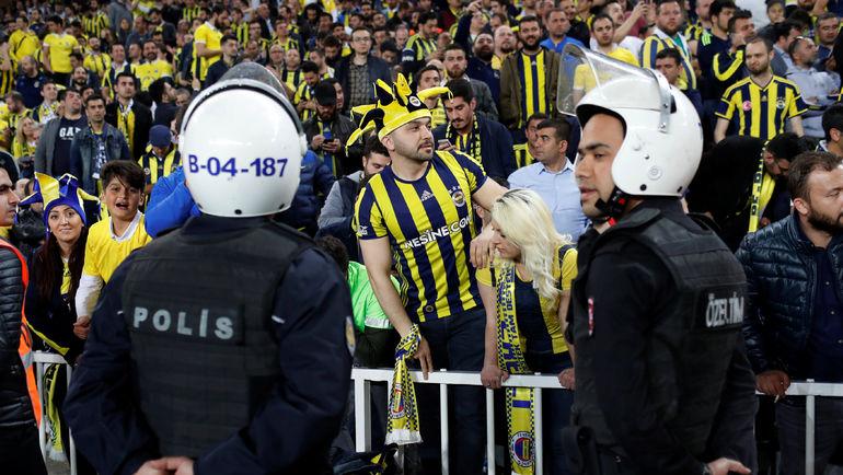 Фанаты «Фенербахче» разбили голову тренеру «Бешикташа»