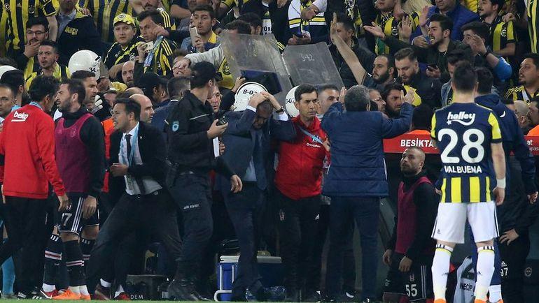 """Беспорядки в Стамбуле. Тренеру """"Бешикташа"""" разбили голову"""