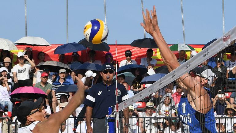 Воскресенье. Сямынь. Никита ЛЯМИН (слева) против Олега СТОЯНОВСКОГО во время финального матча. Фото FIVB