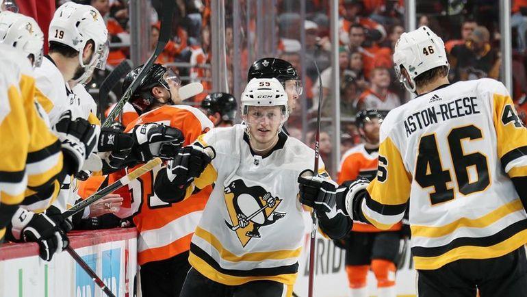 """Воскресенье. Филадельфия. """"Филадельфия"""" - """"Питтсбург"""" - 5:8 (2-4). Джейк ГЮНТЦЕЛЬ принимает поздравления. Фото Пресс-служба НХЛ"""
