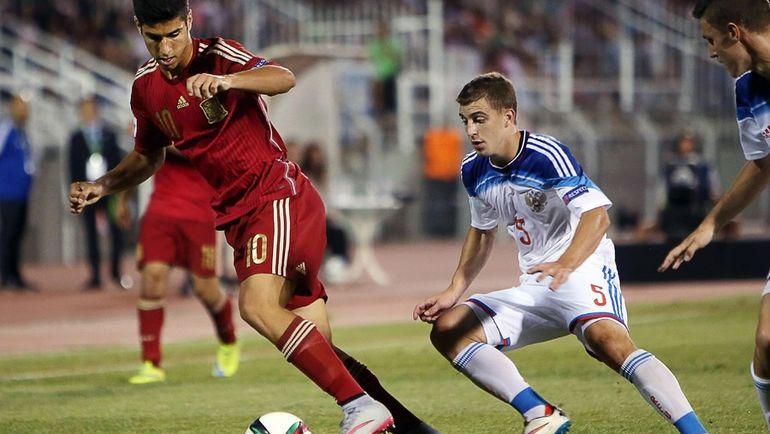19 июля 2015 года. Катерини. Испания - Россия - 2:0. Марко АСЕНСИО (слева) и Денис ЯКУБА. Фото AFP