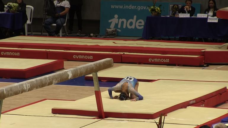 Американская гимнастка, выполняя трюк, приземлилась намакушку