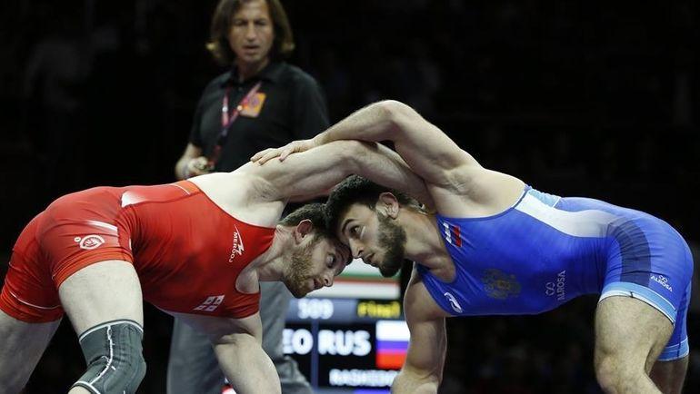Гаджимурад РАШИДОВ (справа) во время финальной схватки с Беку Ломтадзе.