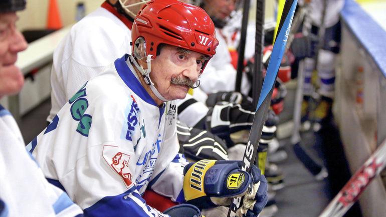 """""""Он прошел Вторую мировую и забросил десять тысяч шайб"""". Самый старый хоккеист в мире"""