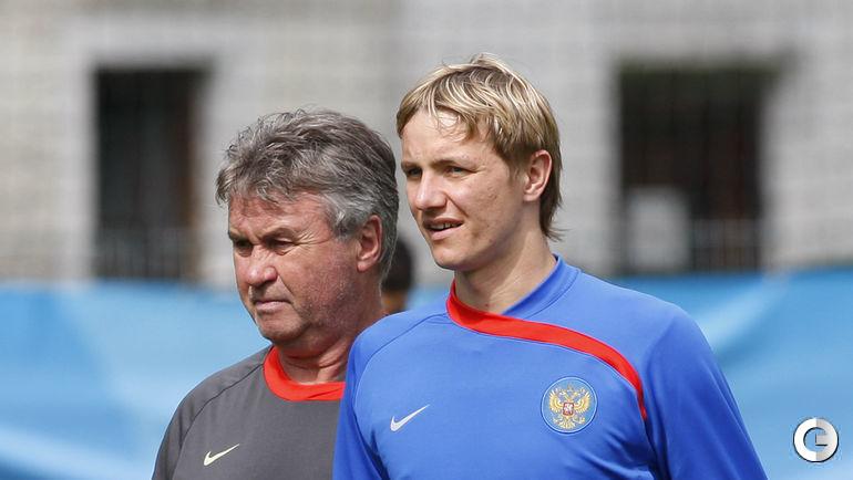 Июнь 2008 года. Базель. Роман ПАВЛЮЧЕНКО (справа) и Гус ХИДДИНК на тренировке сборной России во время Евро-2008.